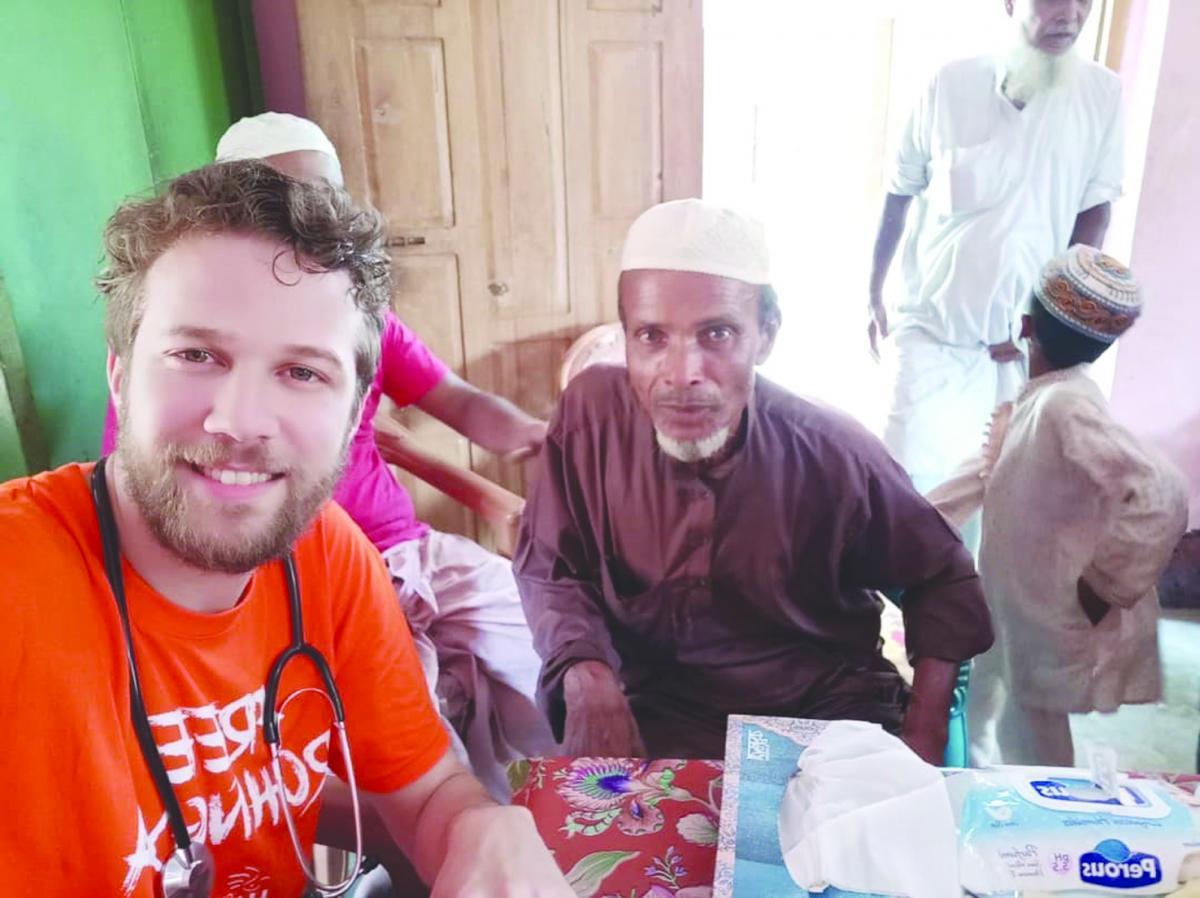 طبيب جزائري شاب قضى رمضان في رعاية الروهنغيا