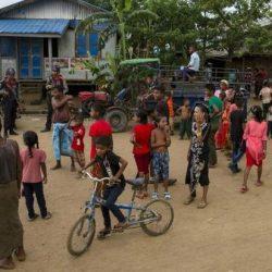 شاهد أين تختبئ أسرة روهنغية بعد فرارها من مناطق القتال