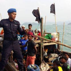رويترز : تجار البشر يحتجزون مئات من الروهنغيا في البحر