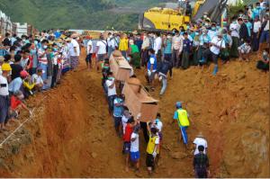 دفن مزيد من الجثث في مقبرة جماعية بعد انهيار أرضي بمنجم لليشم في ميانمار