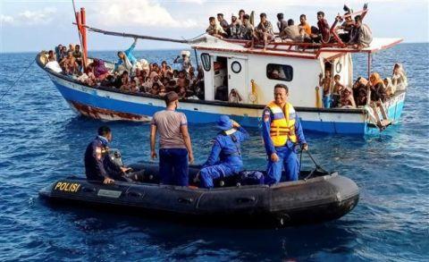 صيادون اندونيسيون ينقذون حوالي 100 لاجئ من الروهنغيا