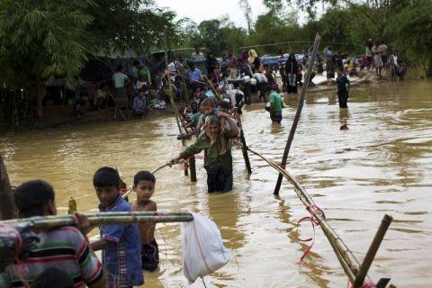 أمطار غزيرة تزيد أوضاع اللاجئين الروهنغيا في بنغلادش سوءا وتقتل طفلين منهم